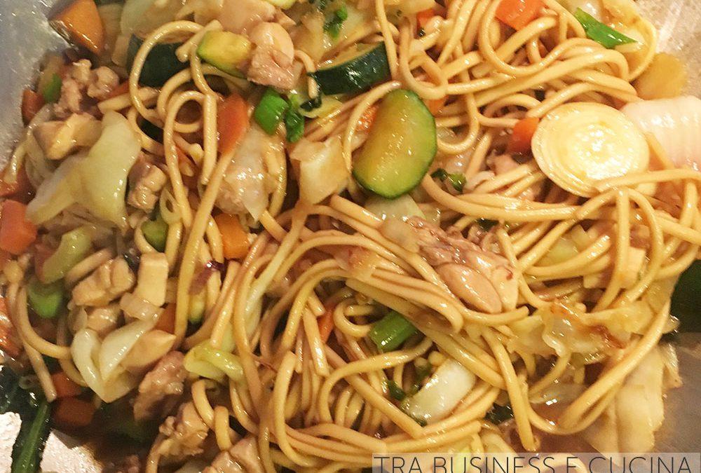 Noodles con verdure e pollo